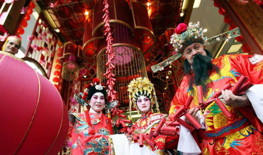 A shopping mall organizes a folk festival to mark the start of business in a new year in Hong Kong. Traditional Chinese culture thrives in Hong Kong as it marks the 20th anniversary of its return to China. Whether in large shopping malls or on small street corners, the influences of traditional Chinese culture are deep and prevalent. (Photo: China News Service/Hong Shaokui)