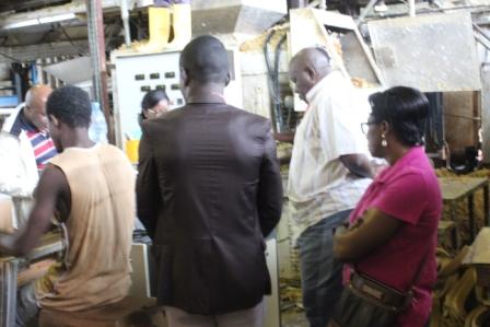Les membres du Comité ad-hoc dans une unité de production à Douala.