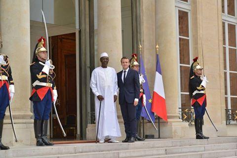 Idriss Déby et Emmanuel Macron sur le perron de l'Elysée, à Paris.
