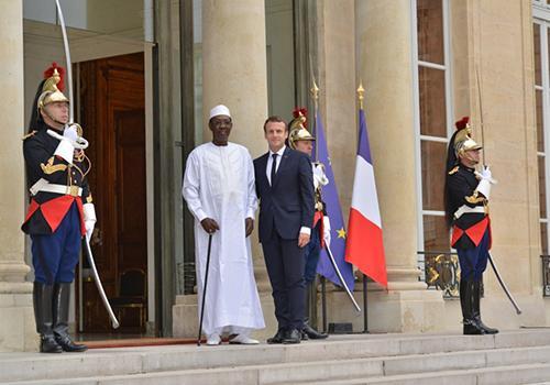 Idriss Déby et Emmanuel Macron sur le perron de l'Elysée.