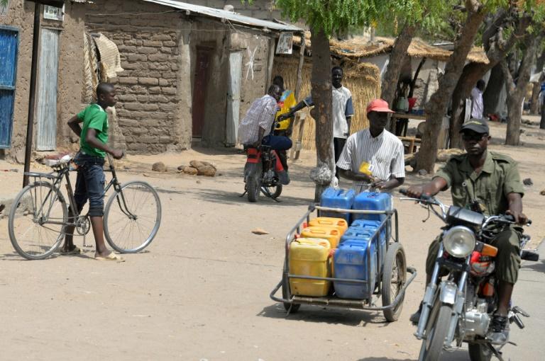 Passants dans une rue de Waza dans l'extrême-nord du Cameroun, le 17 février 2015 / © AFP/Archives / Reinnier KAZE