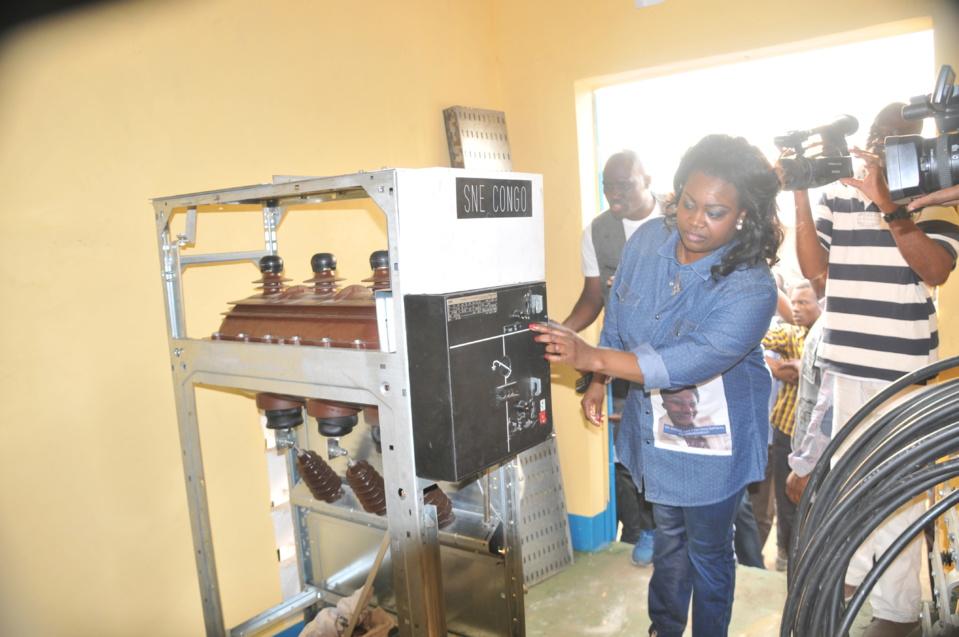 Claudia Sassou visitant les installations du transformateur à haute tension