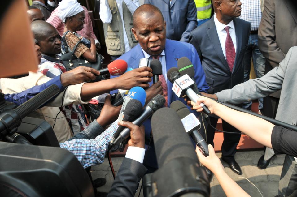 Henri Bouka devant la presse