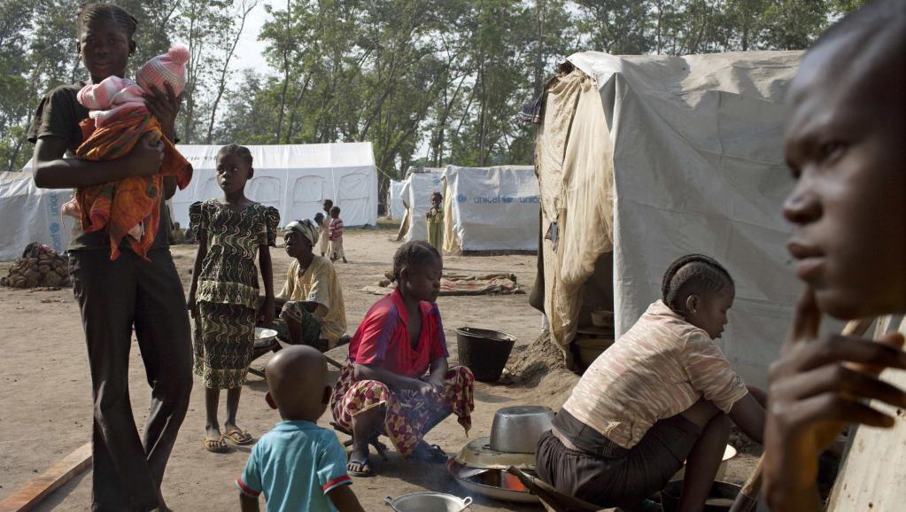 La famille Kezono, dans le camp de déplacés de Bossangoa, près de l'église Saint-Antoine-de-Padoue, le 25 novembre dernier. © REUTERS/Joe Penney