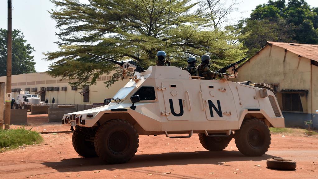 Une patrouille de la Minusca près d'un bureau de vote à Bangui, après les élections présidentielle et législatives en Centrafrique, le 2 janvier 2016. © ISSOUF SANOGO / AFP