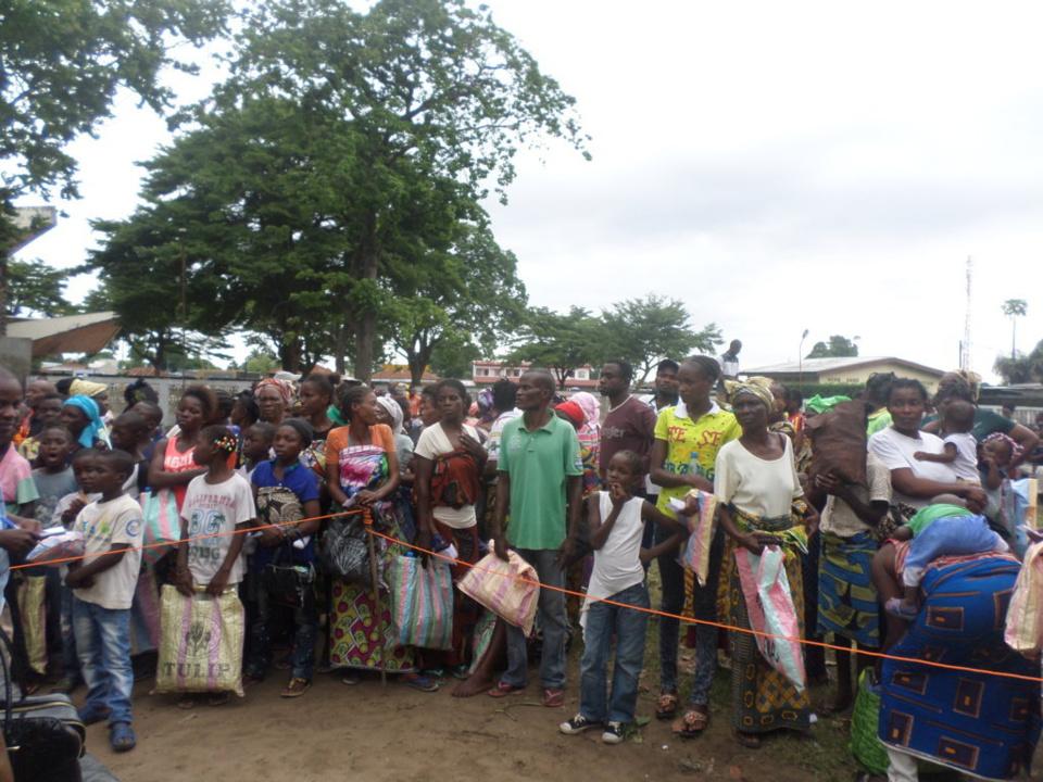 Des déplacés du Pool attendant la distribution des vivres