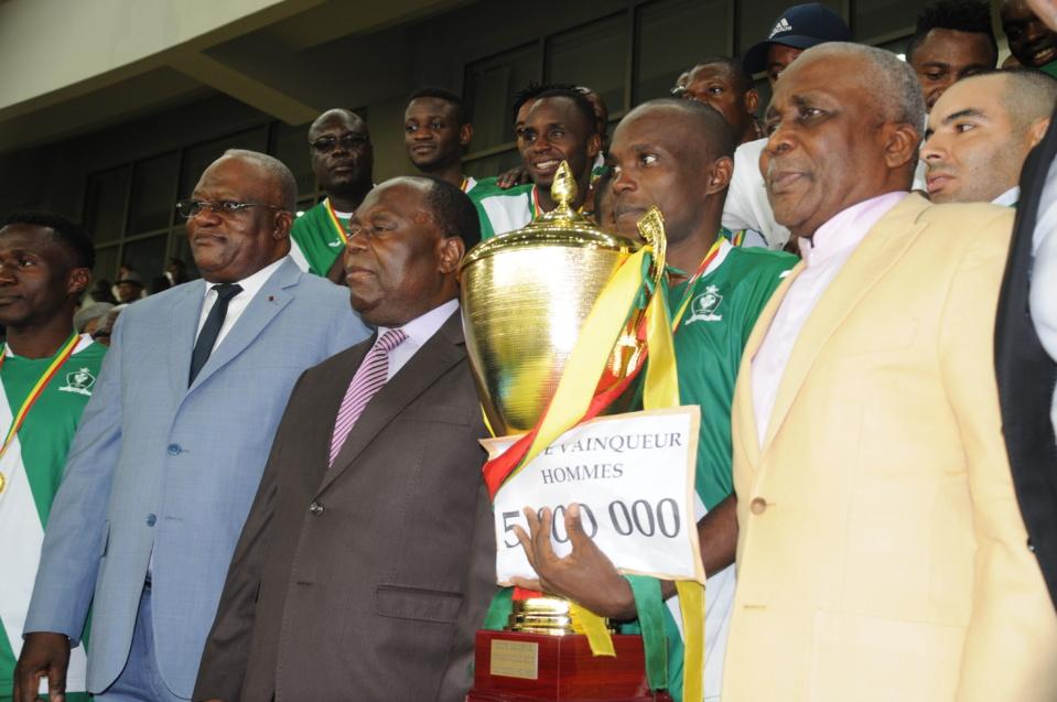 Les léopard de Dolisie jubilant leur victoire aux côtés des autorités congolaises