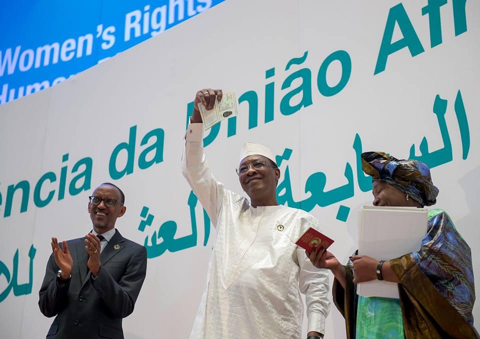 Le président Tchadien (au centre) avec le Chef d'Etat rwandais Paul Kagame (à gauche) et Dlamini Zuma ex-présidente de la commission de l'UA lors du dérinier sommet de l'UA à Kigali. Crédits : //
