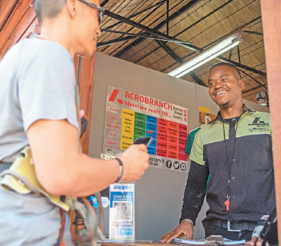 A tourist pays for a rope course using Alipay in Johannesburg, South Africa. (Photo by Xinhua News Agency)