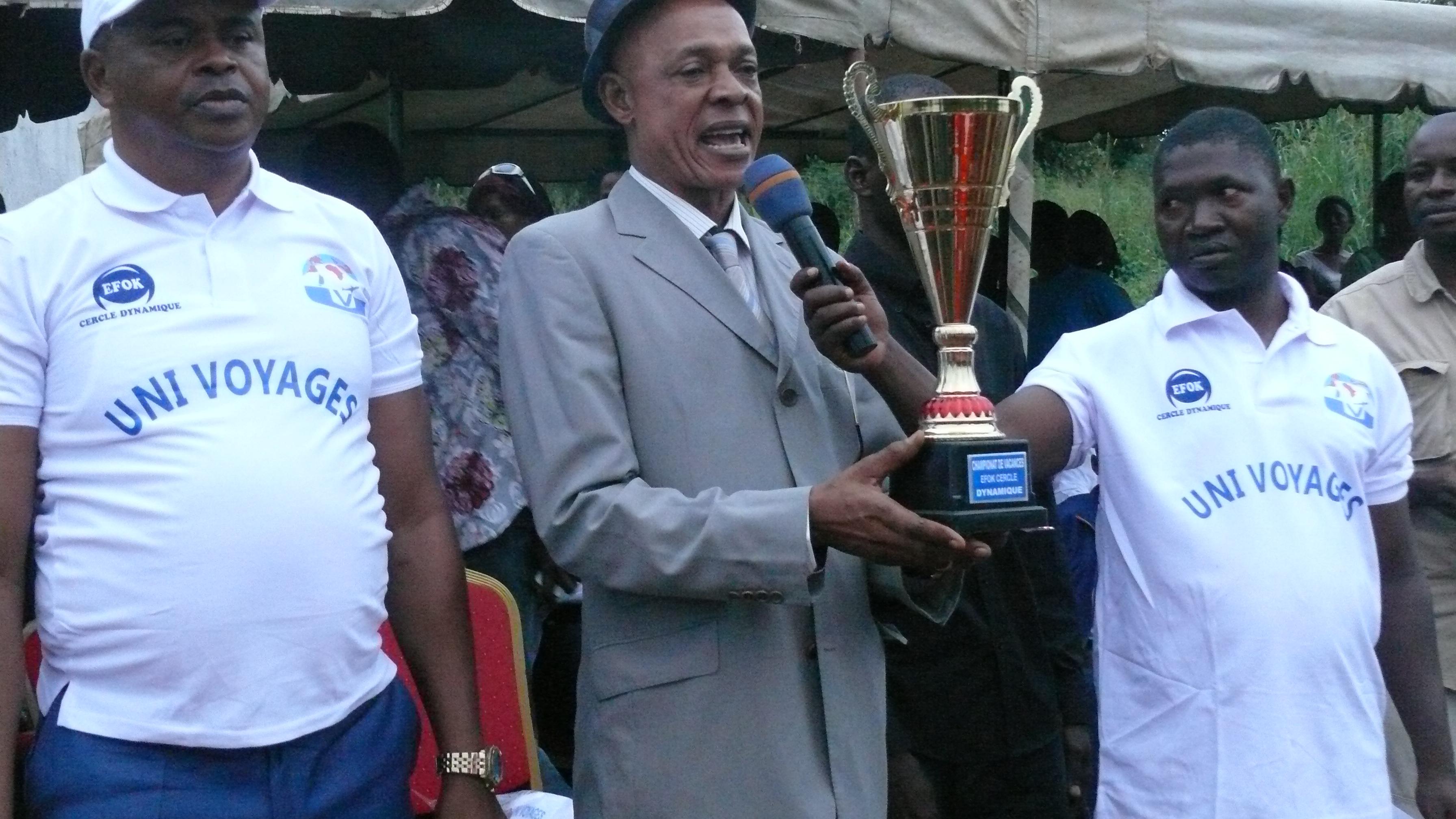 Le président Mbassi remettant le trophée.