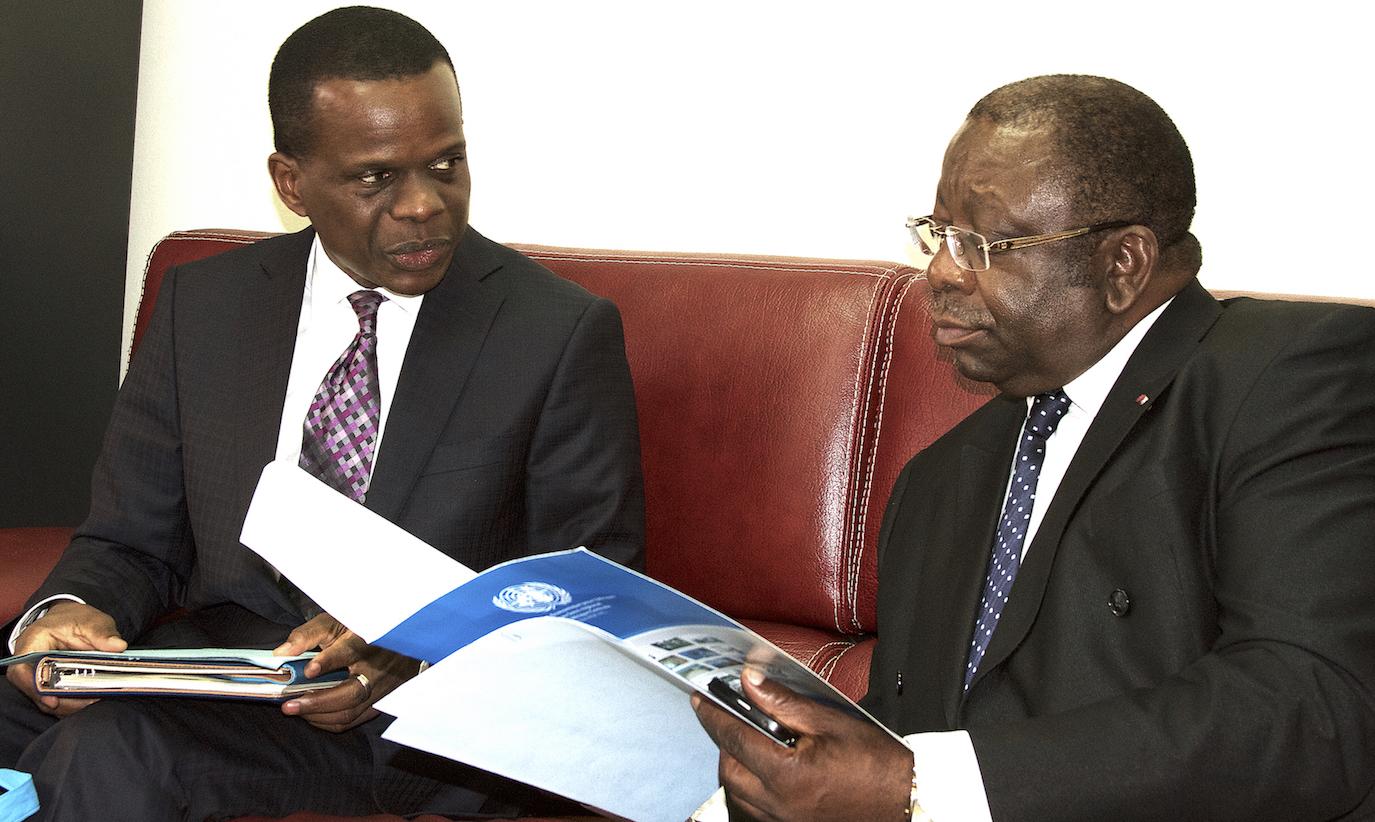 Antonio Pedro (à gauche), reçu par le ministre camerounais  du Commerce, Luc Magloire Mbarga Atangana (à droite).