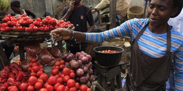 Vendeuse de tomates au maché Obalende de Lagos, au Nigeria, le 14 janvier 2012. © Sunday Alamba/AP/SIPA