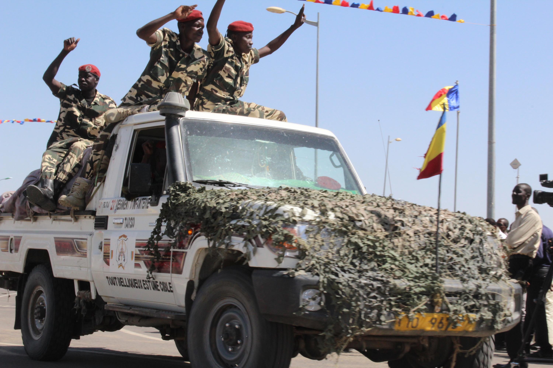 Des soldats tchadiens de retour d'une mission de lutte contre Boko Haram paradent à la place de la Nation à N'Djamena. Alwihda Inf