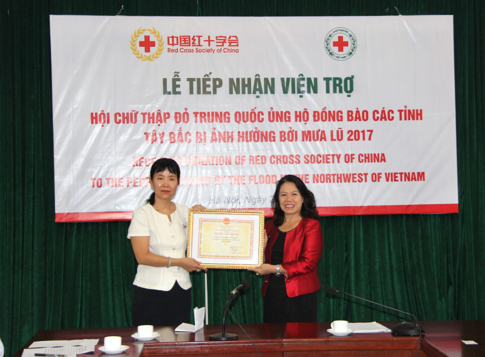 The Chinese Embassy in Vietnam, entrusted by the Red Cross Society of China, makes a cash donation of $50,000 to the Vietnam Red Cross Society to help Vietnam's flood-stricken communities, August 23, 2017. Photo :Liu Gang from People's Daily