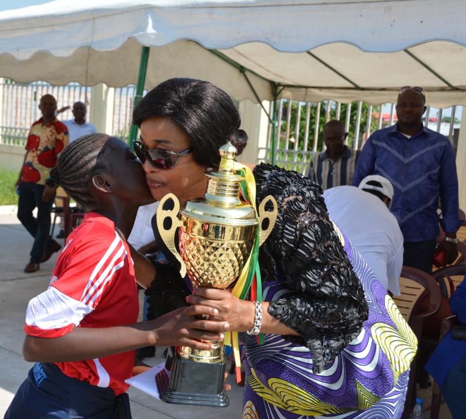 Mme Georgette Okemba, remettant le trophée en compétition