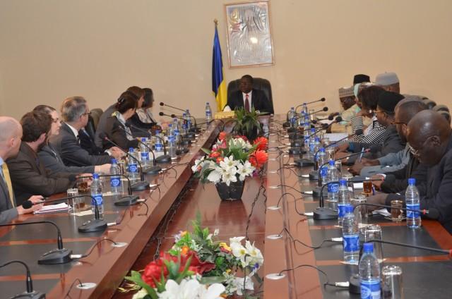 La délégation américaine autour du chef du gouvernement, ce mardi 12 décembre.