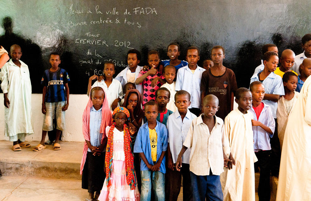 Des enfants dans une école à Faya. Crédits photo : opération épervier