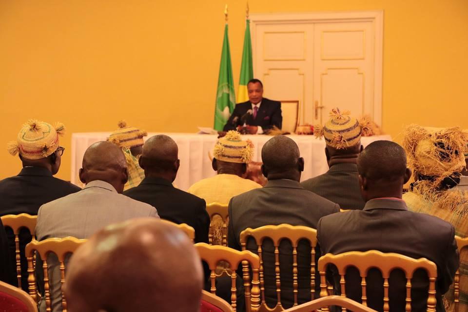Denis Sassou N'Guesso face aux notabilités de la Lekoumou