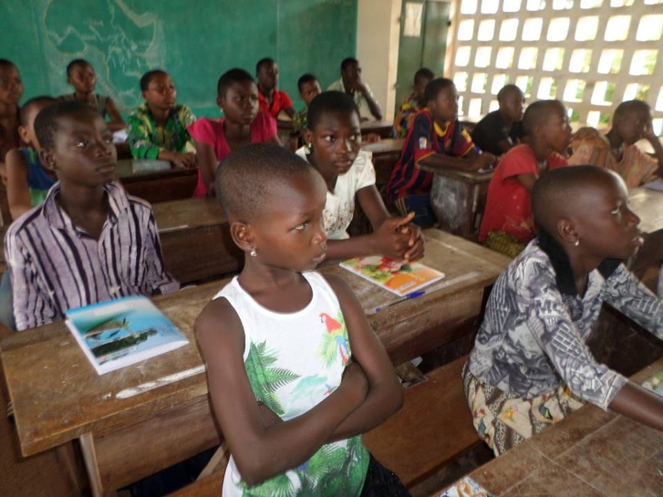 Une salle de classe au Togo. Crédits : Baza Baza Corporation