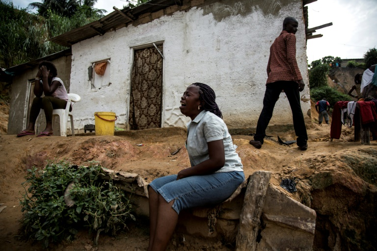 Une femme pleure ses proches tués dans un éboulement de terrain à Kinshasa, en RDCongo, le 5 janvier 2018 / © AFP/Archives / JOHN WESSELS