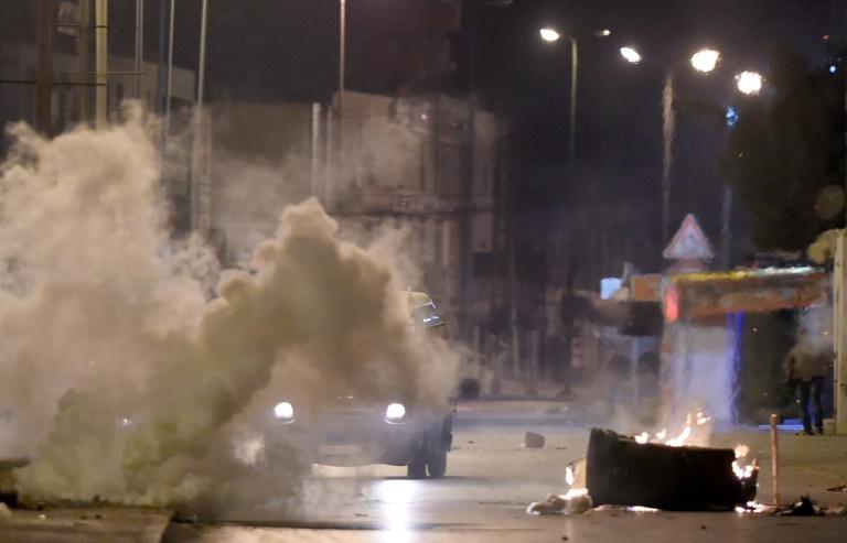 Les forces de sécurité tunisiennes recherchent des protestaires à Ettadhamen, dans la banlieue de Tunis le 10 janvier 2018 / © AFP / FETHI BELAID