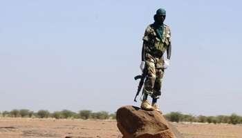 Un soldat nigérien surveille une route entre Agadez et Arlit, le 26 septembre 2010. © AFP