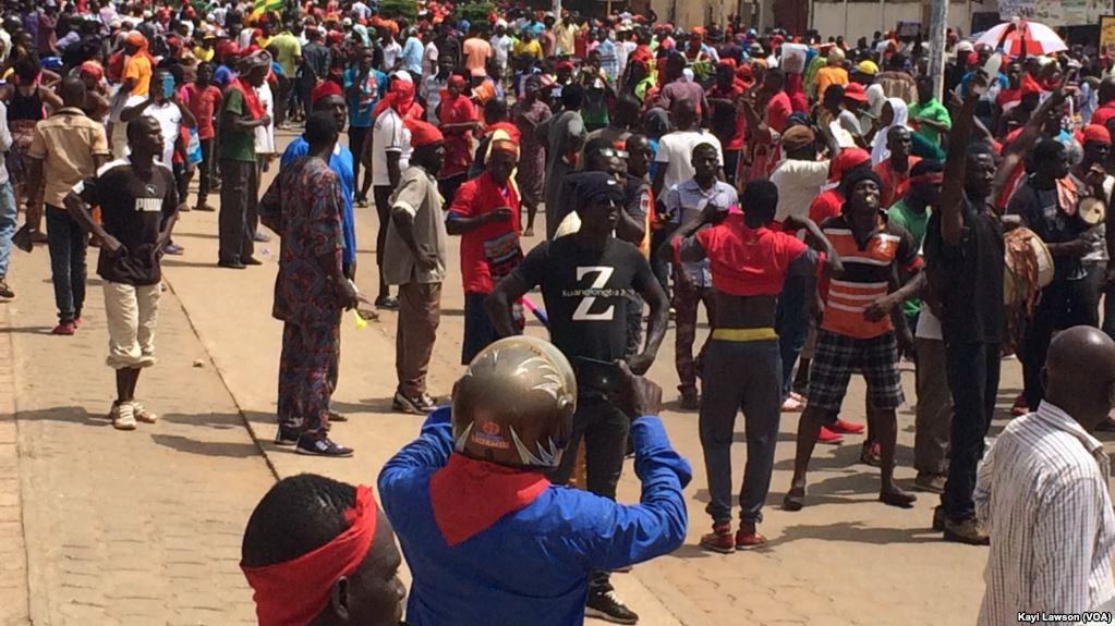 Début de la marche au niveau d'Atikoumé, à Lomé, Togo, le 7 novembre 2017. (VOA/Kayi Lawson)