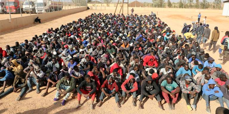 Des migrants subsahariens rassemblés dans un centre de détention à Gharyan, au sud de Tripoli, en Libye, le 12 octobre 2017. CRÉDITS : HANI AMARA / REUTERS