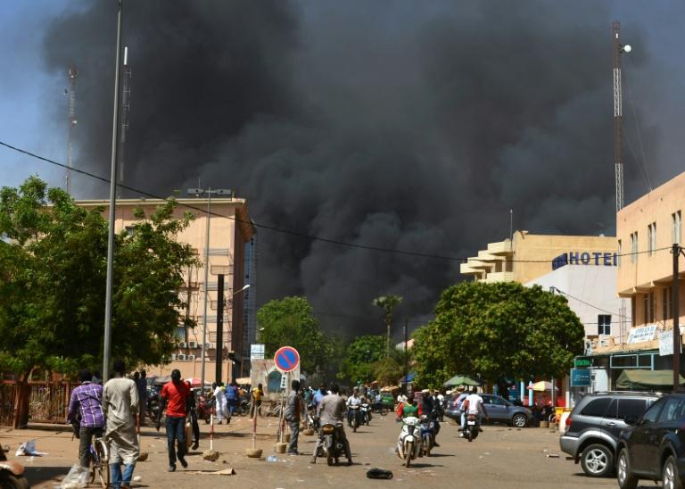Un épais nuage de fumée noire pendant des attaques armées dans le centre de Ouagadougou, le 2 mars 2018 au Burkina / © AFP / Ahmed OUOBA