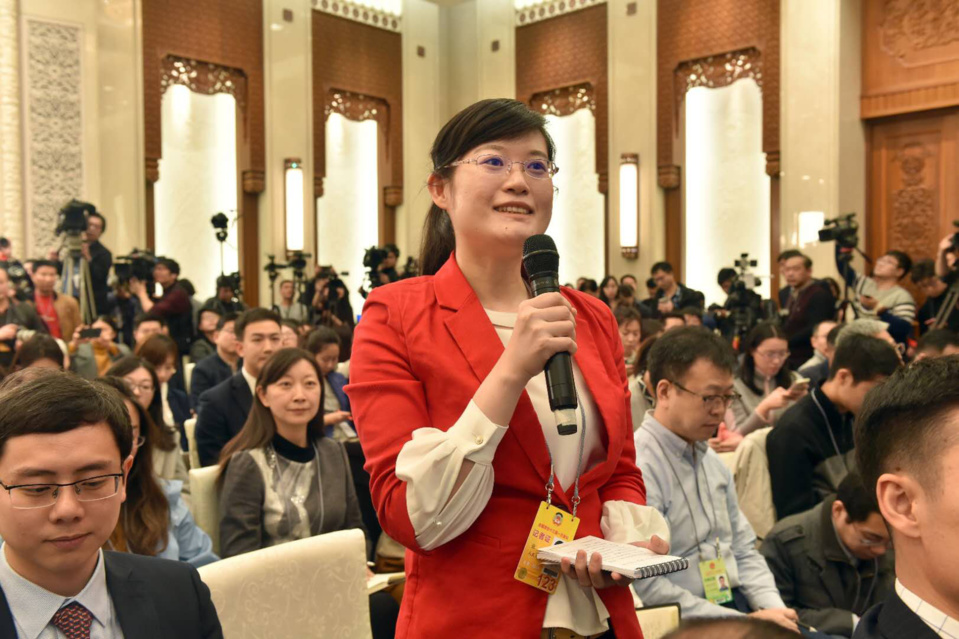 A People's Daily journalist raises a question to spokesperson Wang Guoqing at the press conference of the first session of the 13th National Committee of the Chinese People's Political Consultative Conference (CPPCC), March 2, 2018. (Photo by Lei Sheng from People's Daily)