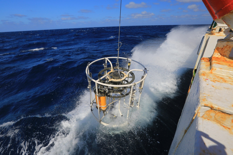 Chinese scientists measure the conductivity, temperature and depth of the ocean with a CTD (Conductivity, Temperature, and Depth) device. (File photo from People's Daily)