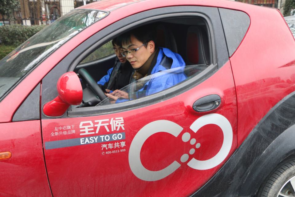 An employee demonstrates how to use a shared vehicle after the first 100 such models were launched in Tonglu, east China's Zhejiang province on February 11, 2018. (Photo: Visual China)