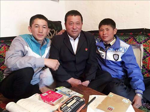 Photo shows Shen Jianjia (center) and two students he has helped. (Photo: www.jrxjnet.com)