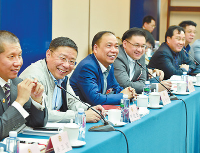 Representatives of overseas Chinese nationals discuss the draft constitutional amendment at the first session of the 13th National Committee of the Chinese People's Political Consultative Conference (CPPCC), March 7, 2018. (Photo by Lei Sheng from People's Daily)