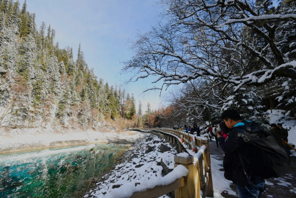 The Jiuzhaigou scenic area welcomes the first group of tourists on March 8, 2018. (Photo from CFP)