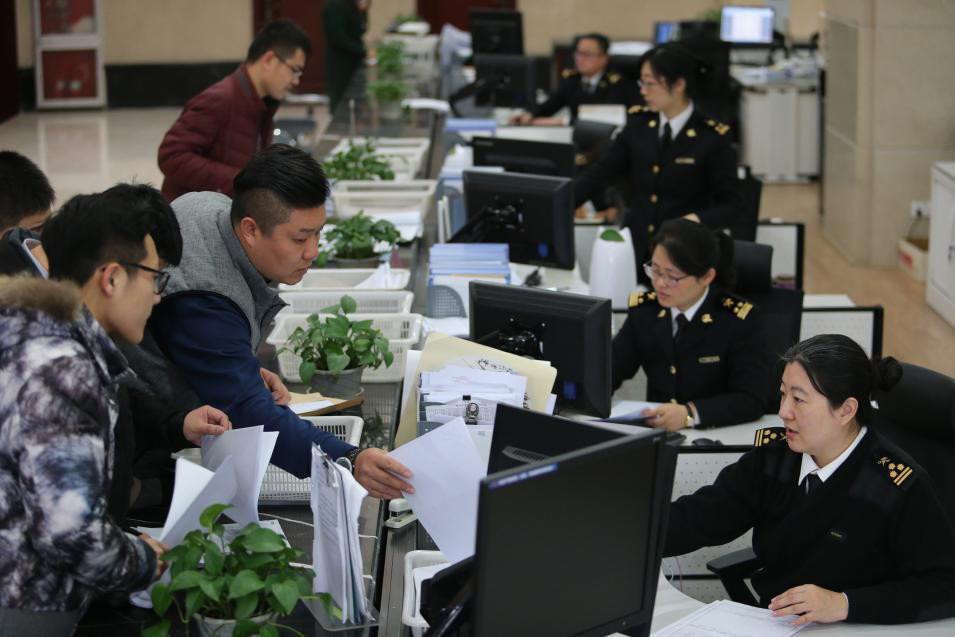 Thanks to simplified administrative procedures in China's free trade zones, fewer people now come to the customs for on-site clearance. (Photo from CFP)