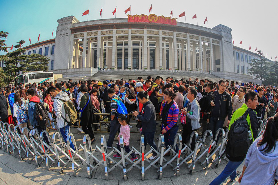Visitors wait in long queues in front of National Museum of China during the National Day holiday last year. (Photo from CFP)