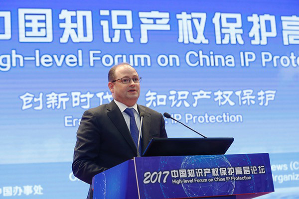 Mark Snyder, Senior Vice President of Qualcomm Incorporated, delivers a speech at the 2017 High-Level Forum on China IP Protection. (Photo from the Official Website of the State Intellectual Property Office)