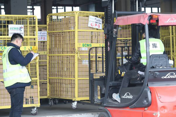 Staff prepares freight destined for offshore customers at a warehouse of Shanghai Customs Supervision Center. (Photo from the official website of the first Global Cross-Border E-Commerce Conference)