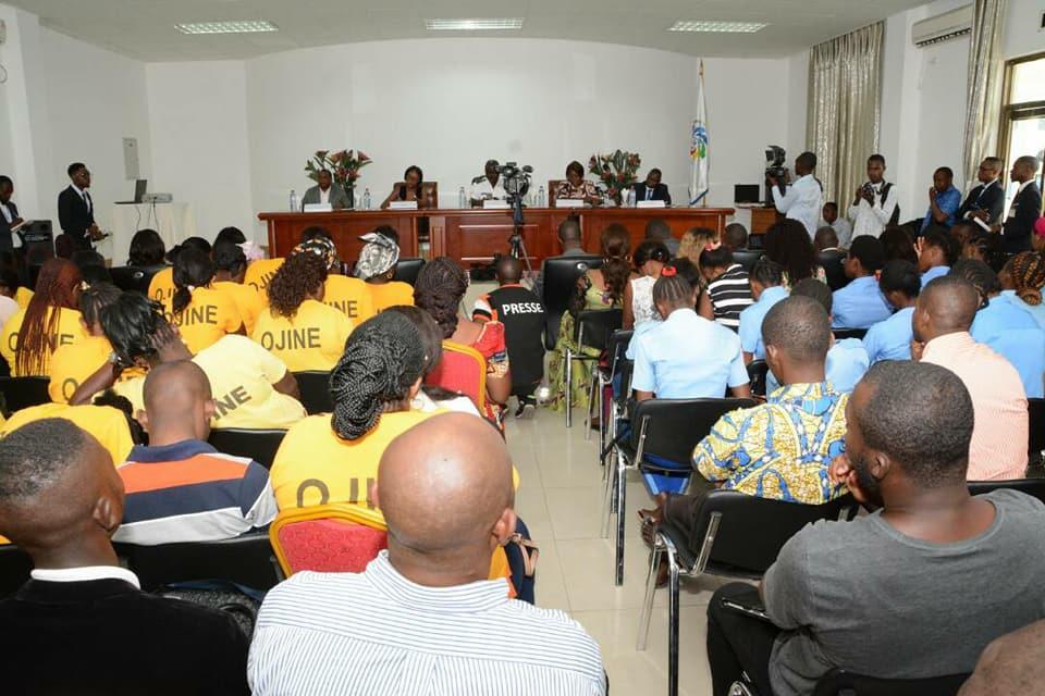Une vue du public et des conférenciers à la conférence débat