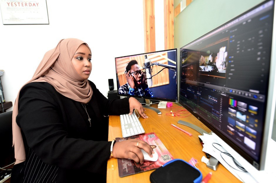"A Somali student edits the documentary ""Africans in Yiwu"" in a classroom at Zhejiang Normal University, Nov. 14, 2017. (Photo by Gong Xianming from CFP)"
