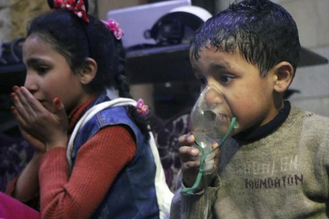 Un enfant respire avec un masque à oxygène après une attaque chimique présumée. PHOTO ASSOCIATED PRESS