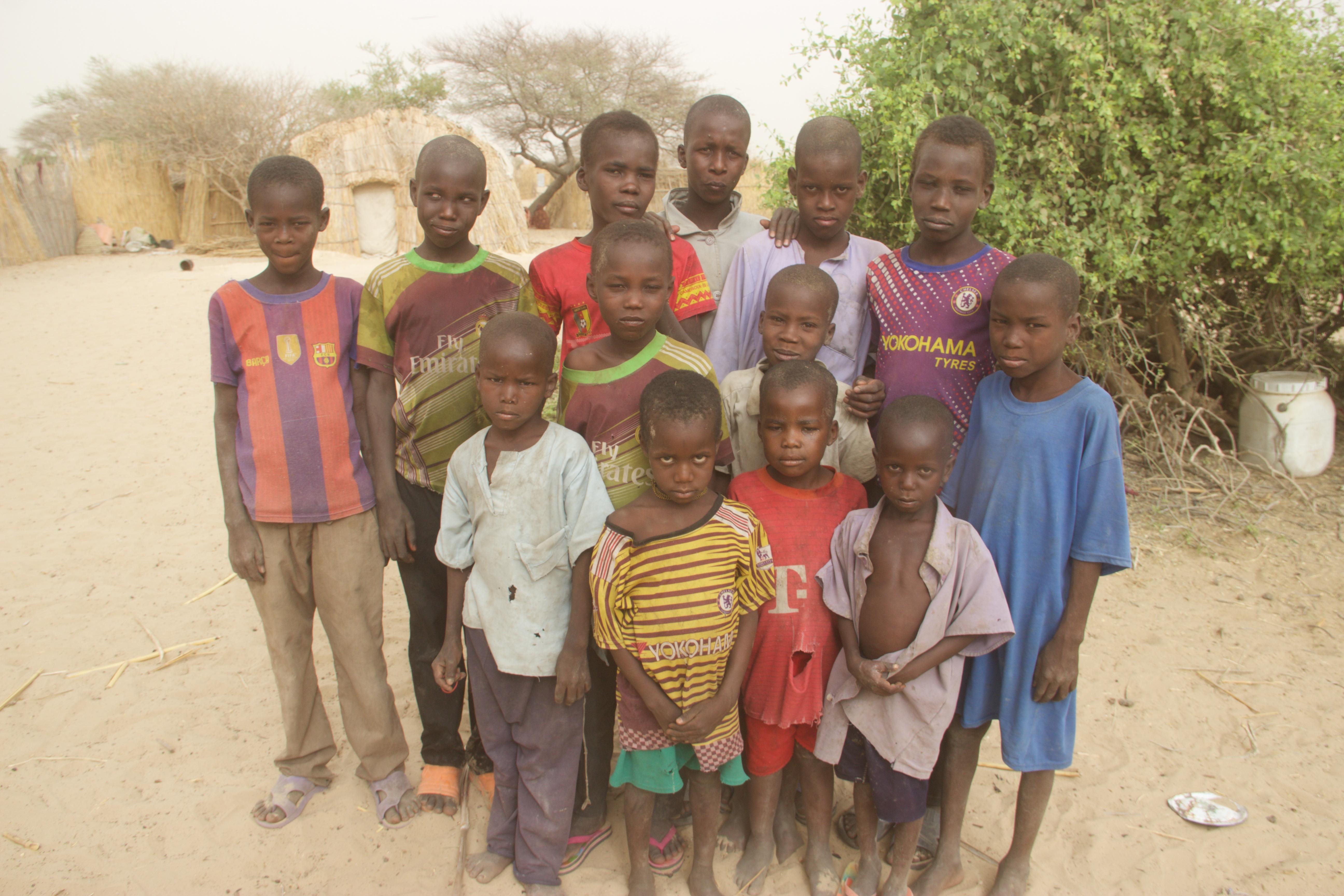 Un groupe d'enfants d'anciens combattants de Boko Haram repentis ou morts.