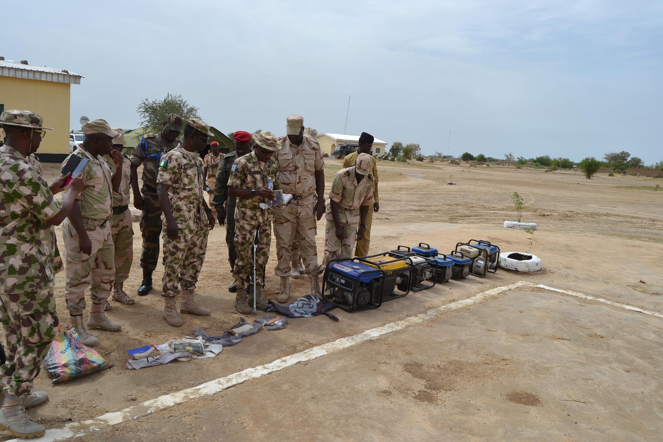 Des officiers tchadiens et nigérians de la zone de défense n°1 de la force mixte multinationale de lutte contre Boko Haram, Lac Tchad. Alwihda Info