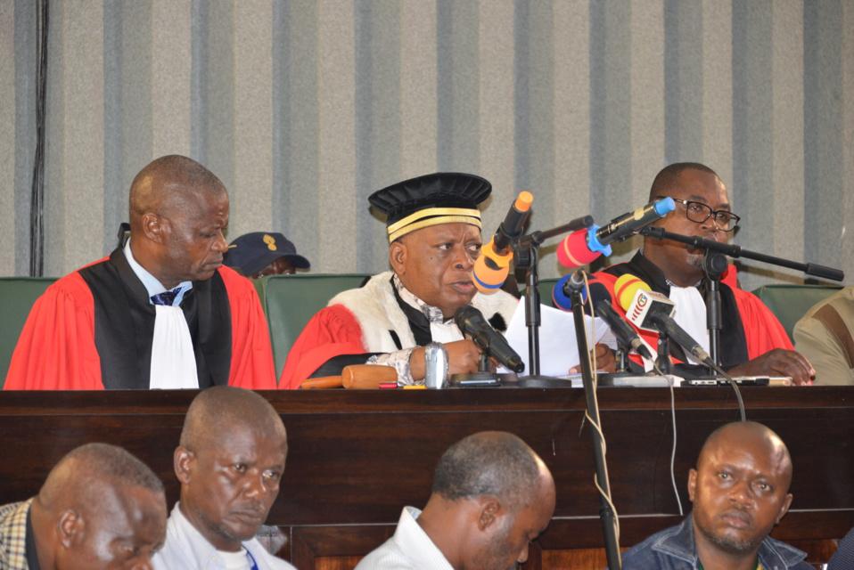 La cour délibérant sur le procès Dabira.