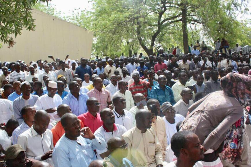 Des travailleurs rassemblés au cours d'une assemblée générale de la centrale syndicale. Alwihda Info