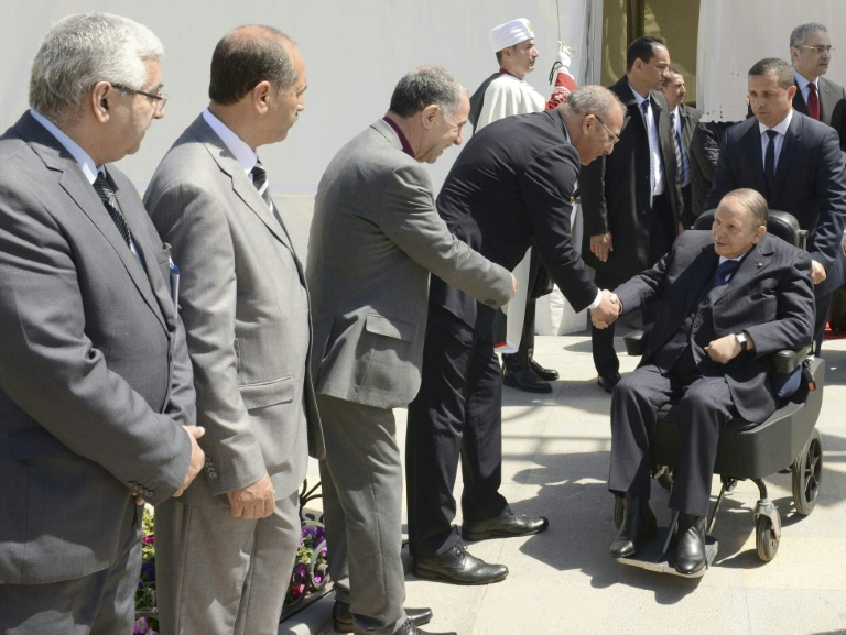 Photo fournie par l'agence officielle algérienne APS montrant le président algérien Abdelaziz Bouteflika à son arrivée pour l'inauguration d'une mosquée et de l'extension du métro d'Alger, le 9 avril 2018 dans la capitale / © APS/AFP/Archives / Handout