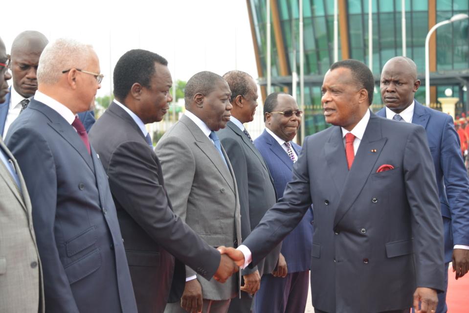 Sassou N'guesso salue les membres du gouvernement avant son départ pour Paris.