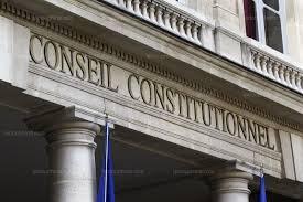Délai de recours contre une obligation de quitter le territoire notifiée à un étranger détenu et délai au juge pour statuer sur cette contestation jugés trop courts par le Conseil Constitutionnel