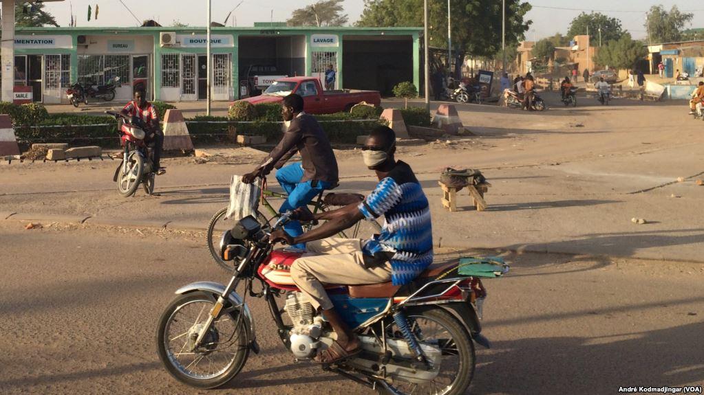 Une station service désertée par les usagers à N'Djamena, le 9 janvier 2018. (Photo : VOA/André Kodmadjingar)